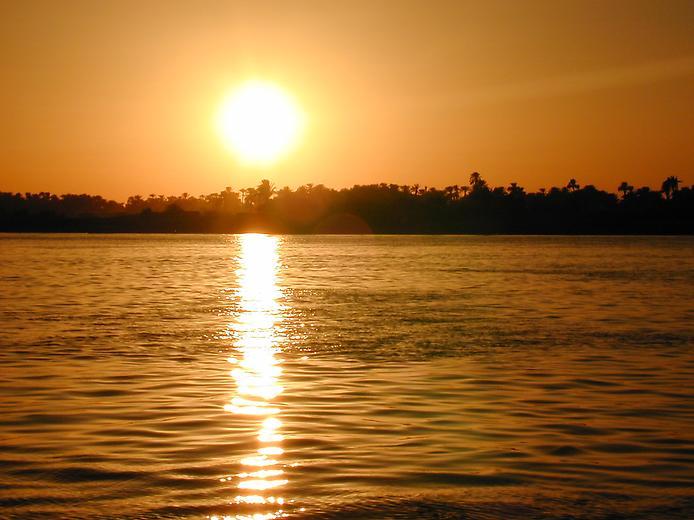 Закат солнца над рекой нил